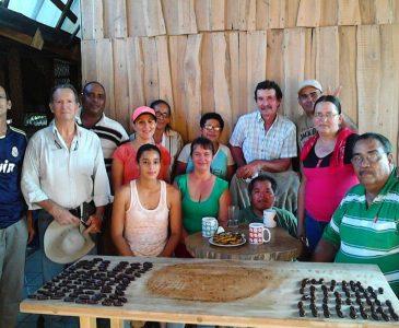 Miembros de ASOPAC en demostración de preparación de dulces de cacao a visitantes.