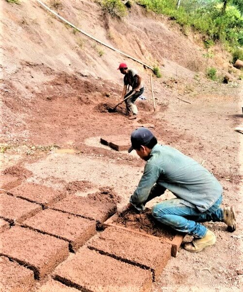 Preparación de adobes para construir Banco de semillas