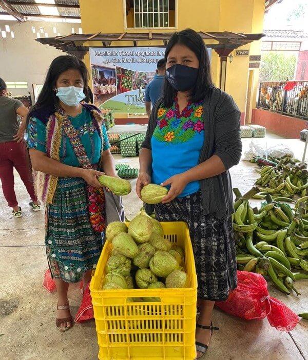 Mujeres Kaqchikeles trabajando en el acopio y distribución de productos alimenticios