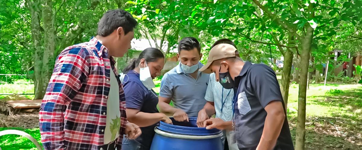 Participantes del Diplomado en Agroecología y Agricultura Orgánica, Aprenden a Fabricar Microorganismos Eficientes, Bacterias Ácido Lácticas y Trampas de Arroz.