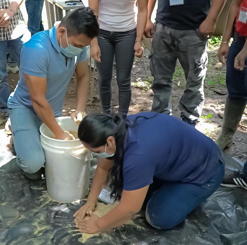 Participantes del diplomado preparando microorganismos eficientes(EM)