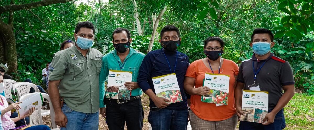 Participantes del Diplomado Sobre Agroecología y Agricultura Orgánica, Elaboraron Insecticidas y Repelentes para Control de Plagas.