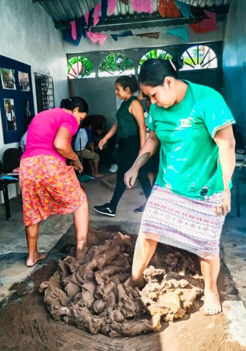 Mujeres indígenas Náhuat, preparando barro para la elaboración de artesanía