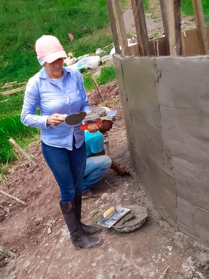 Mujer trabajando en la construcción del tanque de ferrocemento