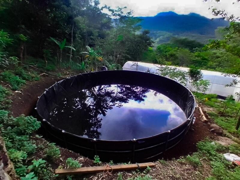 Reservorios llenos de agua lluvia