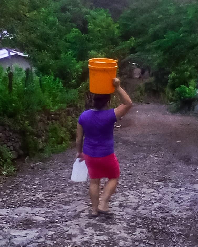 Acarreo de agua, desde la naciente hasta el hogar